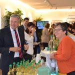 LH Peter Kaiser kostet das ausgezeichnete Natur-Cola von Alexandra Riepl