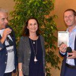 Bestsellerautorin Andrea Nagele überreicht als Dankeschön ein signiertes Werk