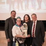 Das erste Siegerfoto: v.l.n.r.: SWV-Präsident Fredy Trey, Gewinnerin Anja Landler, SWV-Vizepräsidentin Claudia Boyneburg Lengsfeld Spendier, LH Dr. Peter Kaiser